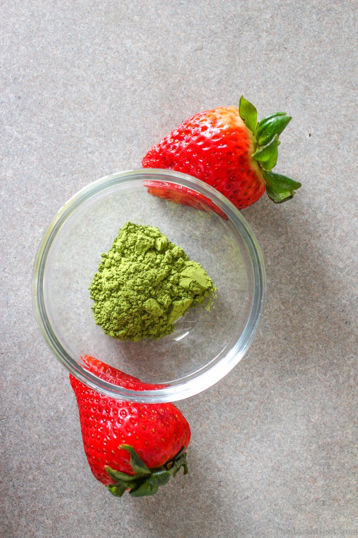 Matcha powder and strawberries for a vegan Smoothie